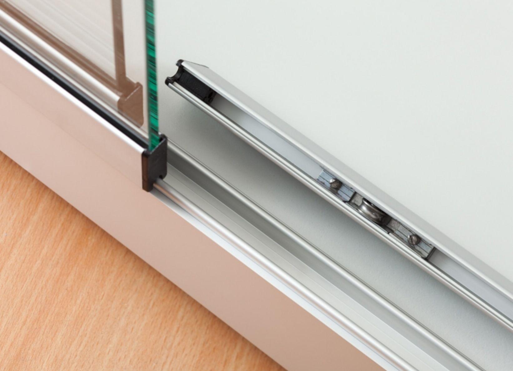nl vitrine stand 100 db us schwarz standvitrine mit deckenbeleuchtung und unterschrank alu. Black Bedroom Furniture Sets. Home Design Ideas