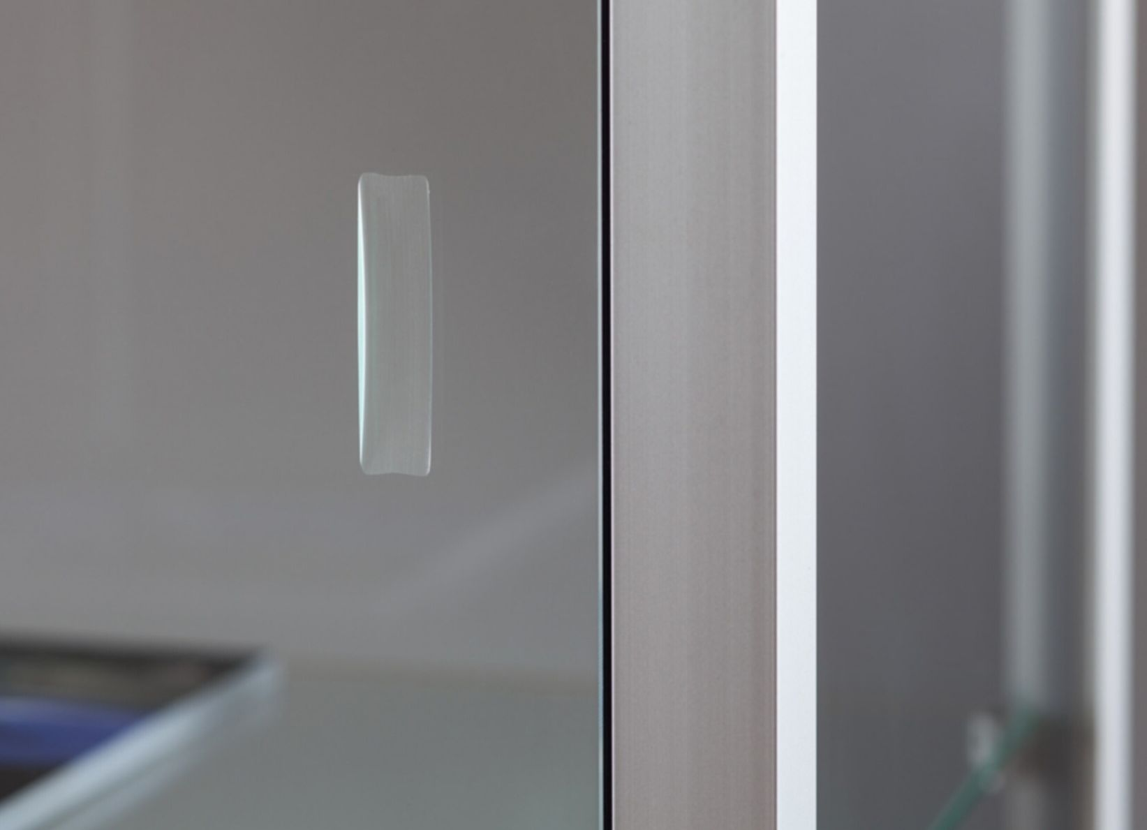 nl vitrine stand 100 db silber standvitrine mit deckenbeleuchtung alu profile silber. Black Bedroom Furniture Sets. Home Design Ideas
