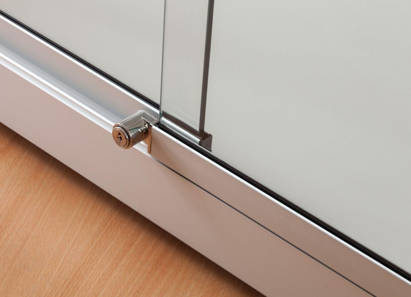 nl vitrine stand 120 db us silber standvitrine mit deckenbeleuchtung und unterschrank. Black Bedroom Furniture Sets. Home Design Ideas